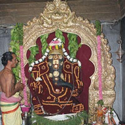 தங்கத் தேரில் பவனி வரும் ஈச்சனாரி விநாயகர்
