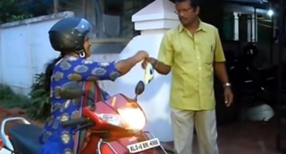 `பதவி வந்தா என்ன?'  - வீடுவீடாக பால் பாக்கெட் போடும் திரிச்சூர் மேயர் அஜிதா