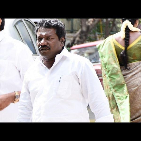 சசிகலா அணி எம்எல்ஏ கருணாஸுக்கு நேர்ந்த சோகம்!