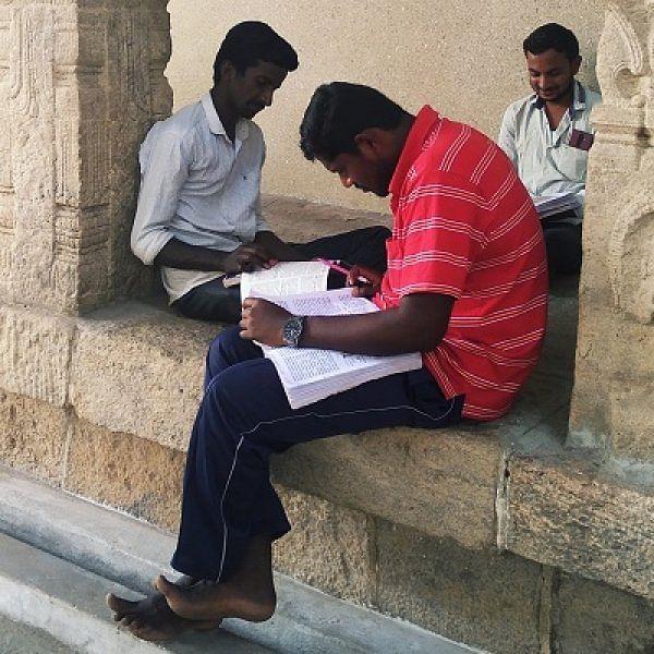 """""""டி.என்.பி.எஸ்.சி. தேர்வா... பெரியநாயகி கோவிலுக்கு போ!"""" - பழநி நம்பிக்கை"""