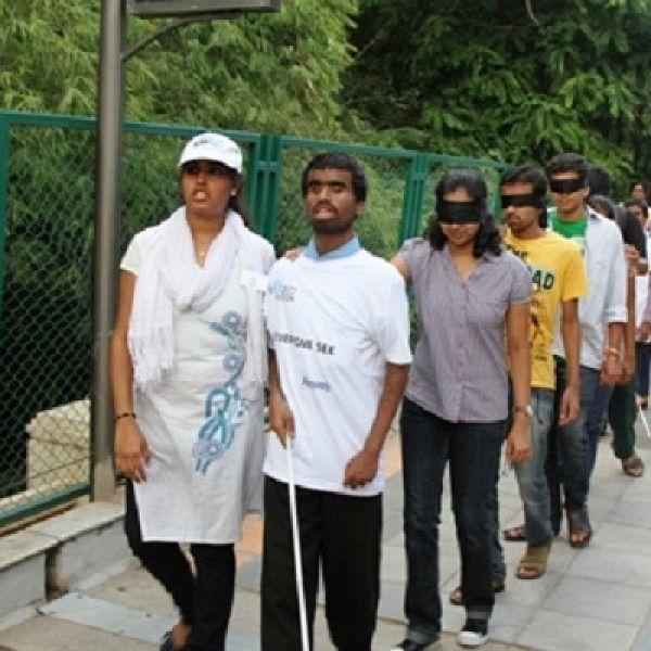 கண்களைக் கட்டிக்கொண்டு பெங்களூரில் 100 பேர் பங்கேற்ற விநோதப் பேரணி!