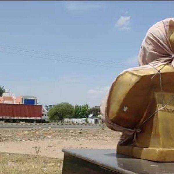 `தேர்தல் முடிந்து 21 நாள்கள் ஆகுது; மூடிய பெரியார் சிலையை இன்னும் திறக்கல!'- கரூர் அவலம்