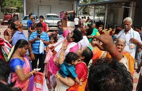மகனின் முதல் பிறந்தநாள் - ஹெலிகாப்டர் மூலம் மலர் தூவி கொண்டாடிய தொழிலதிபர்