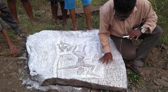 1,200 ஆண்டுகள் பழைமையான வட்டெழுத்து நடுகல் - காவேரிப்பட்டணத்தில் கண்டெடுப்பு !