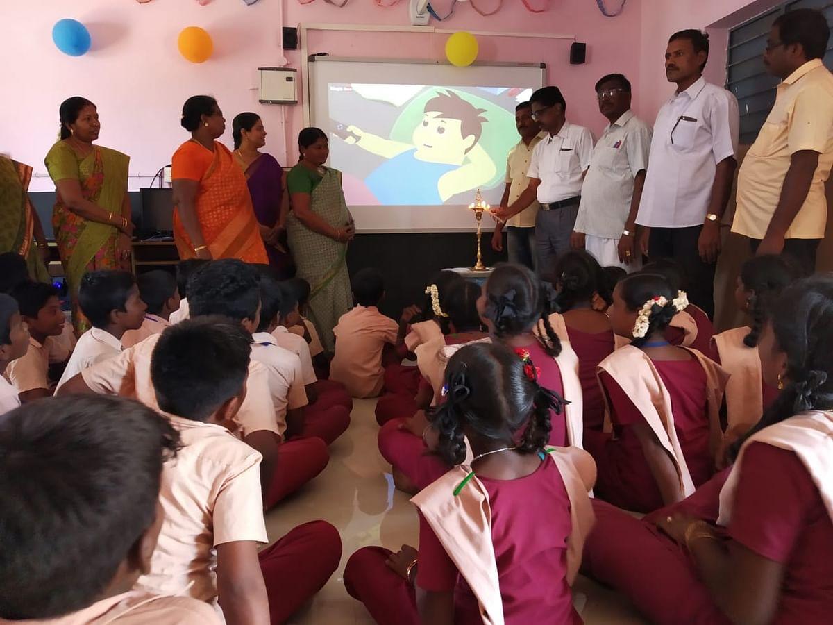 உறவினர்கள் தந்த பணத்தில் ஸ்மார்ட் கிளாஸ் ரூம் அமைத்த அரசுப் பள்ளி ஆசிரியை! #CelebrateGovtSchool