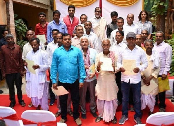 2,100 விவசாயிகள்; 44 சி.ஆர்.பி.எஃப் வீரர்கள் - சொன்னதைச் செய்து குடும்பங்களை நெகிழ வைத்த அமிதாப்