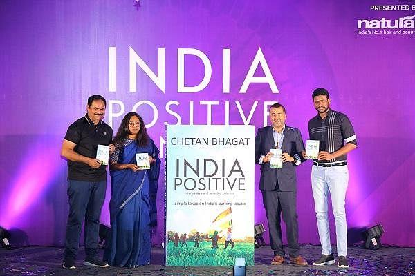 """``பாசிட்டிவாக இரு..."""" - சேத்தன் பகத்தின் `India Positive' பக்கங்கள்!"""