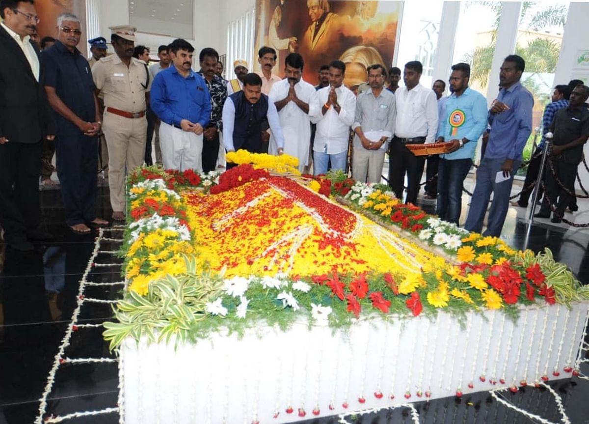 கலாம் நினைவிடத்தில் அஞ்சலி செலுத்திய மாவட்ட ஆட்சியர் வீரராகவ ராவ்.