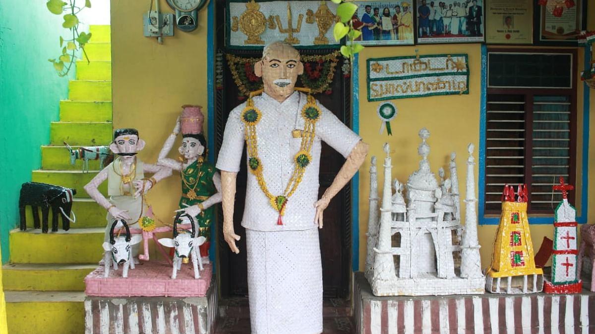 பனை ஓலையால் செய்யப்பட்ட காமராஜர் சிலை