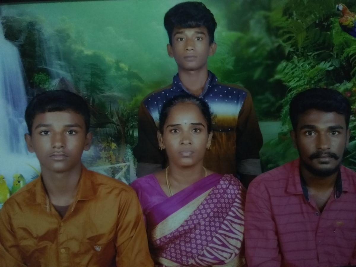 மாரியம்மாள் மகன்களுடன்
