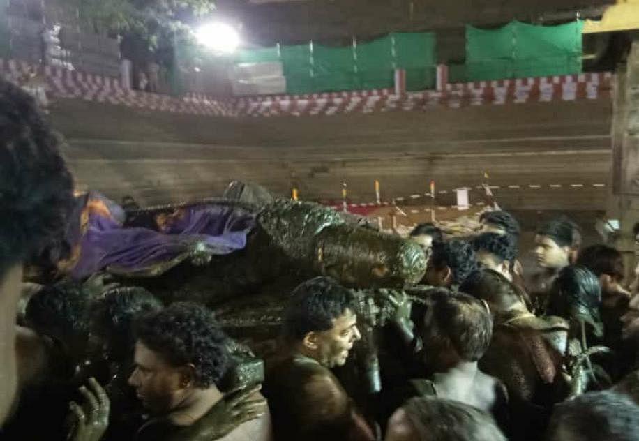 40 ஆண்டுகளுக்குப் பின் குளத்தைவிட்டு வெளியே வந்த அத்திவரதர் - காஞ்சிபுரத்தில் களைகட்டும் விழா!