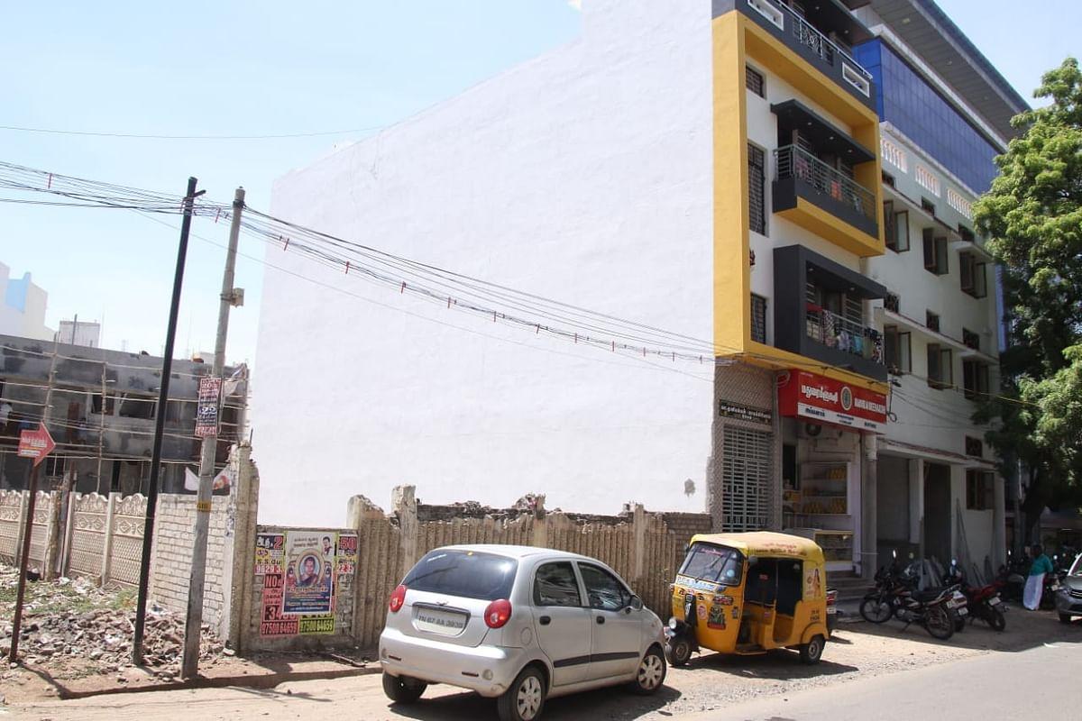 பார்க்கிங்காக காட்சியளிக்கும் நடனா திரையரங்க வளாகம்