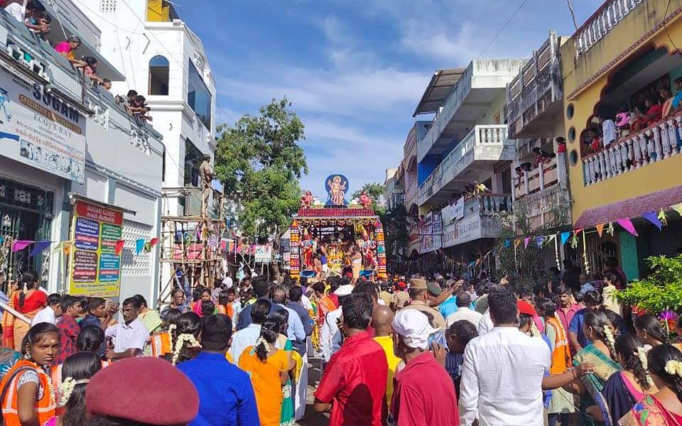 வீதியெங்கும் வீசப்பட்ட மாம்பழங்கள் - காரைக்காலில் கோலாகலமாகக் கொண்டாடப்பட்ட மாங்கனித் திருவிழா!