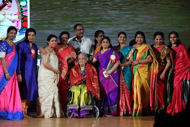 நடன ஆசிரியருடன் ரேவதி