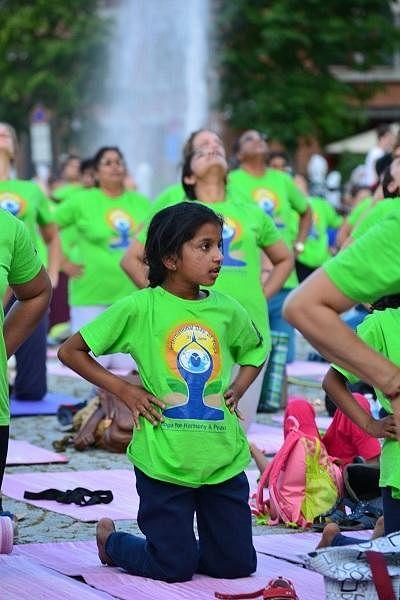 வாட்ஸ்அப்பில் பரவிய அழைப்பிதழ் - ஜெர்மனியில் களைகட்டிய யோகா தினம்!  #MyVikatan