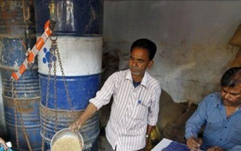 சர்ச்சை:`கூட்டுறவுப் பொருள்களை வாங்கினால்தான் ரேஷன்!' - கட்டாயப்படுத்தும் கடை ஊழியர்கள்