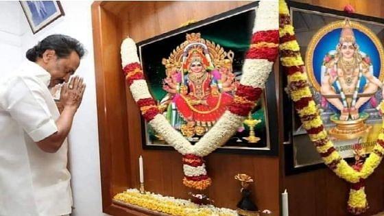ஸ்டாலின், உதயநிதி சாமி கும்பிடும் புகைப்படம்