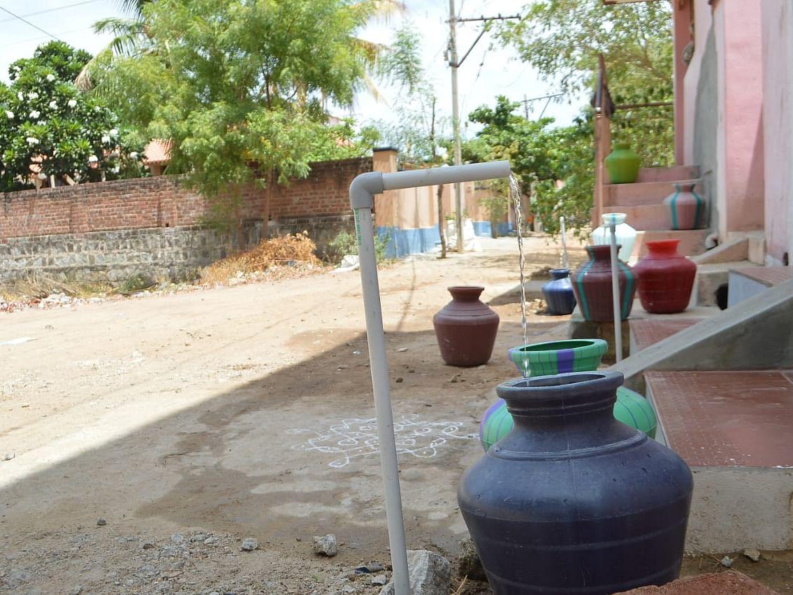 ராஜபாளையம்: கிராம மக்களின் கூட்டு முயற்சி... வீட்டுவாசலில் கொட்டும் தண்ணீர்!