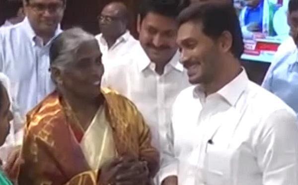 'ஏழை மக்களுக்குக் கொடுங்க!' -  ஜெகன்மோகன் ரெட்டியை அசரவைத்த ஆந்திர மூதாட்டி