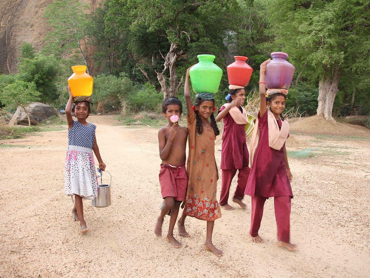 `ஏதோ குரோனாவாமே...' - கிராமங்களை உயிர்ப்போடு வைத்திருக்கும் ஈர மனிதர்கள்!