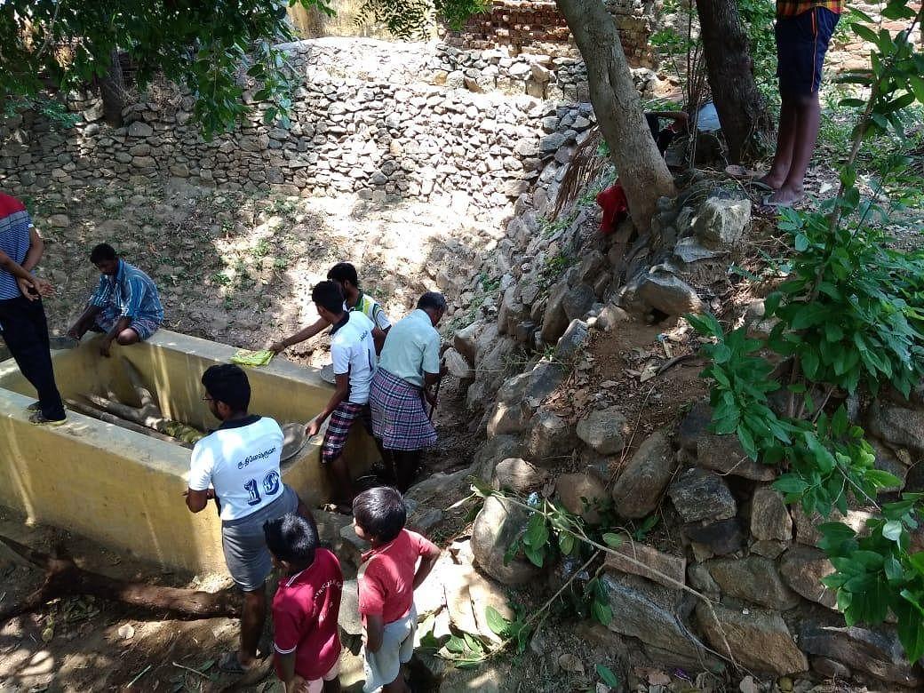 பாழடைந்த கிணற்றைத் தூர்வாரி கிராம மக்களுக்கு நீர் கொடுத்த இளைஞர்கள்! #MyVikatan