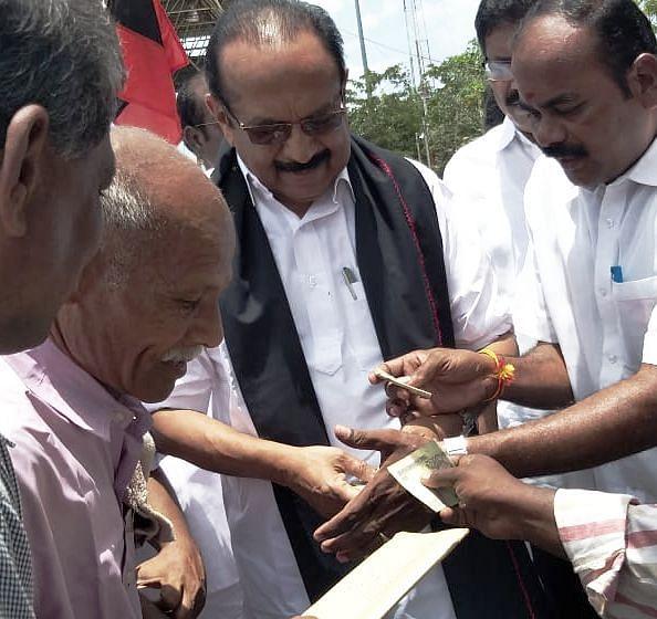 100 ரூபாயைக் கேட்டு பெற்றுக்கொண்ட  வைகோ