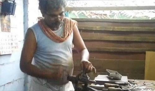 பூட்டு தயாரிப்பு தொழிலாளி