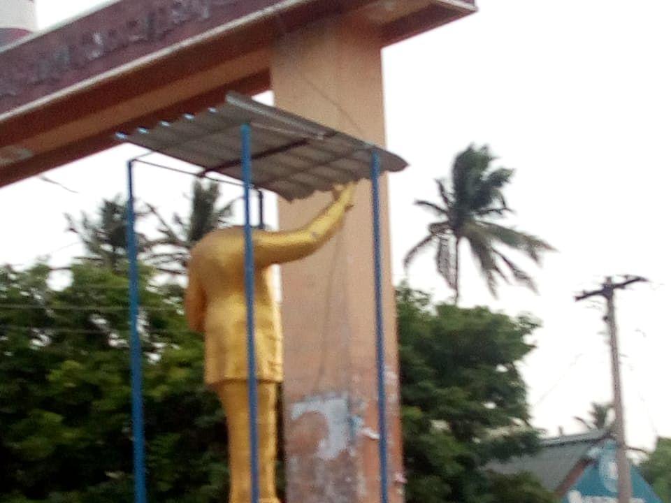 `அம்பேத்கர் சிலை உடைப்பு; கற்களால் தாக்கப்பட்ட காவல்நிலையம், மருத்துவமனை!' - பதற்றத்தில் வேதாரண்யம்