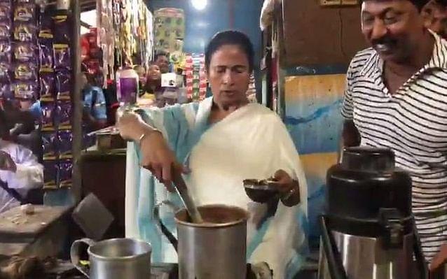 `சிறிய சந்தோஷம், பெரிய மகிழ்ச்சி!' - சாலையோரக் கடையில் டீ போட்டு ஆச்சர்யப்படுத்திய மம்தா