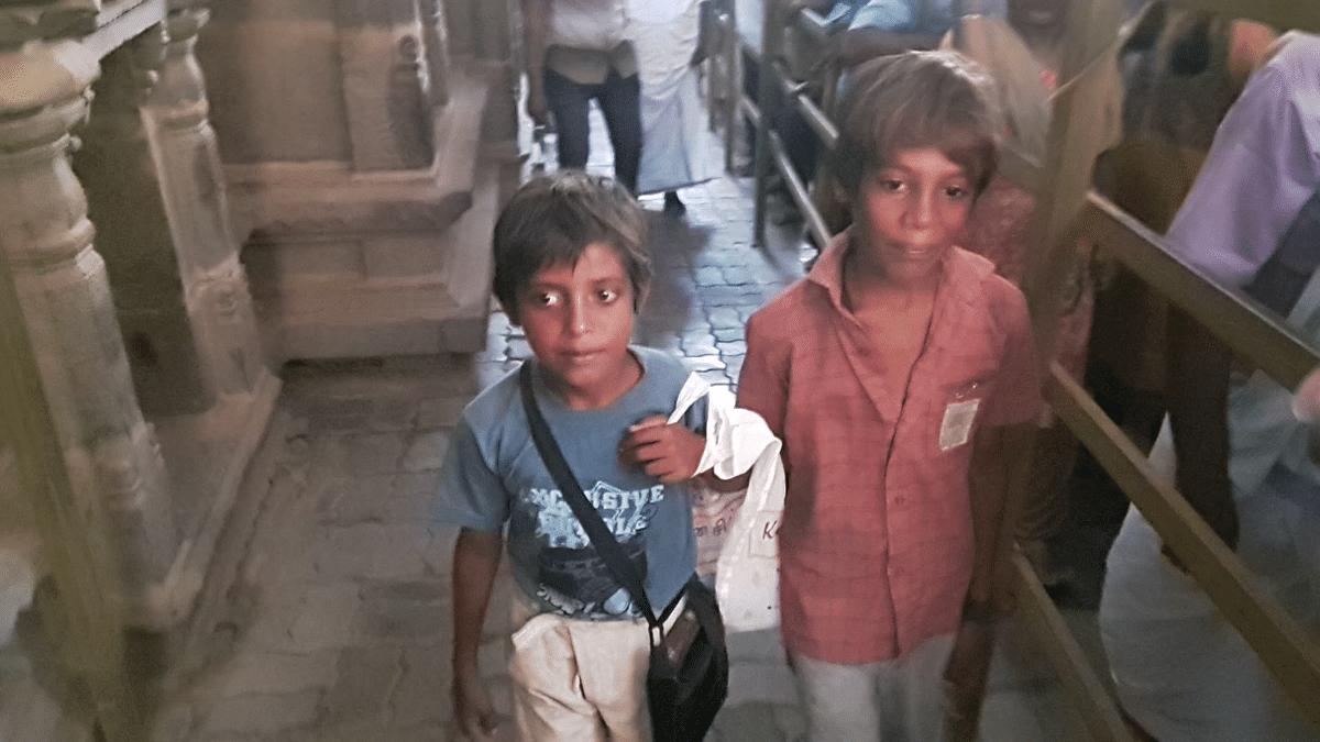 அத்திவரதர் தரிசனத்தில் சிறுவர்கள்