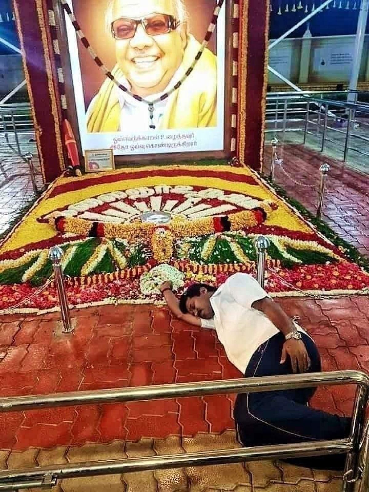 கருணாநிதி சமாதியில் நித்யா