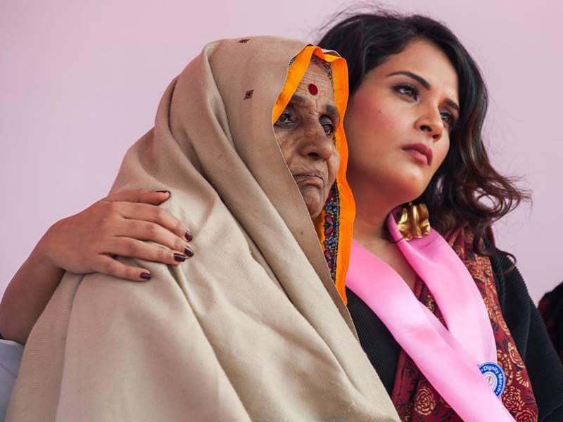 பன்வாரி தேவியுடன் நடிகை ரிச்சா