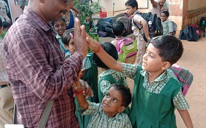 ` குழந்தைகள் மீது நடத்தப்படும் மறைமுக யுத்தம்!' - தனித்துப் போராடும் புதுகை செல்வா #MyVikatan