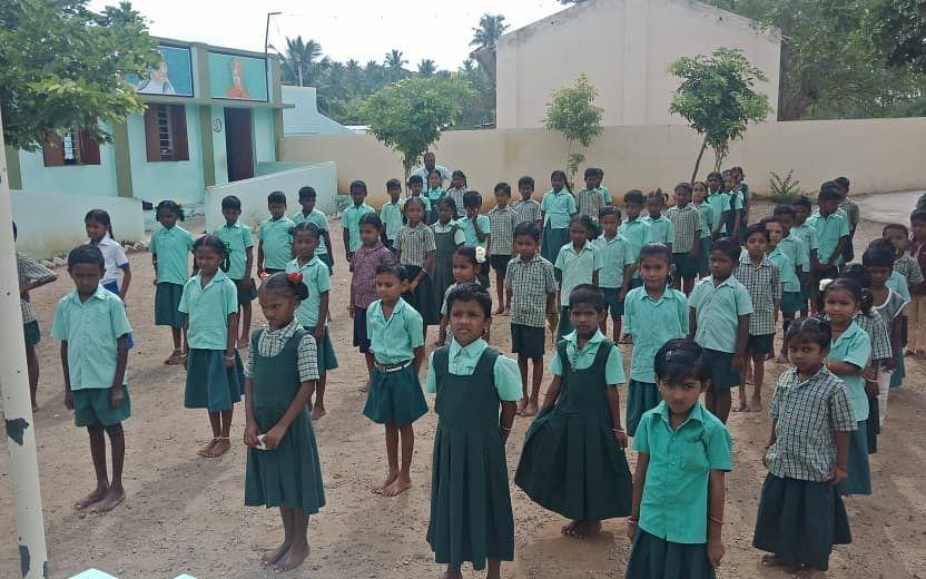 8 லட்சம் ரூபாயில் கட்டடப் பணி, வேன் வசதி; வியக்க வைக்கும் சேலம் அரசுப் பள்ளி ஆசிரியர்! #TeachersDay
