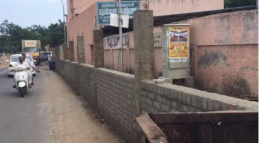 பிளாட்பாரத்தில் சுவர் கட்டும் மாநகராட்சி
