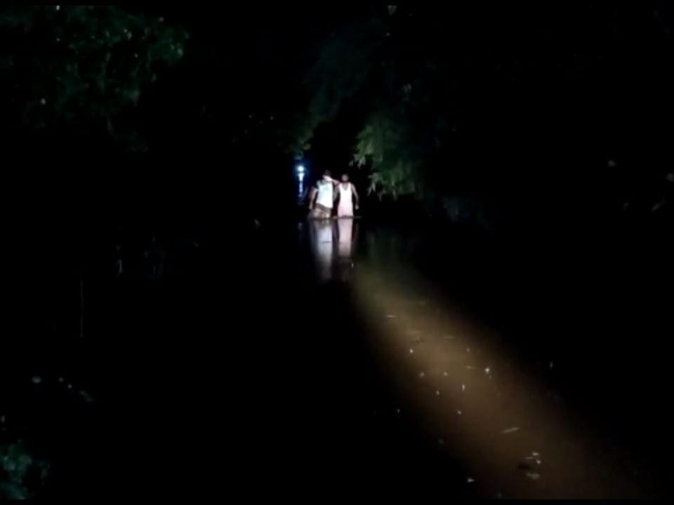கொள்ளிடத்தில் கவிழ்ந்த பரிசல்; அடித்துச்செல்லப்பட்ட 32 பேர்!- இரவில் நடந்த திக் திக் நிமிடங்கள்
