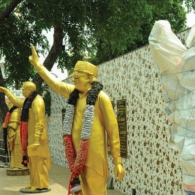 ஈரோடு பன்னீர் செல்வம் பூங்காவில் வைக்கப்பட்டுள்ள சிலைகள்
