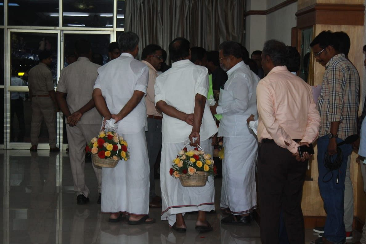 எடப்பாடி பழனிசாமியை வரவேற்கக் காத்திருந்த நிர்வாகிகள்
