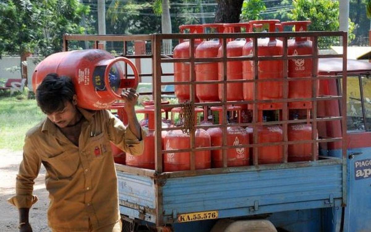 `டிப்ஸ் கேட்கும் சிலிண்டர் டெலிவரி பாய் மீது என்ன நடவடிக்கை?'- ஆயில் நிறுவனங்களுக்கு நீதிபதிகள் செக்