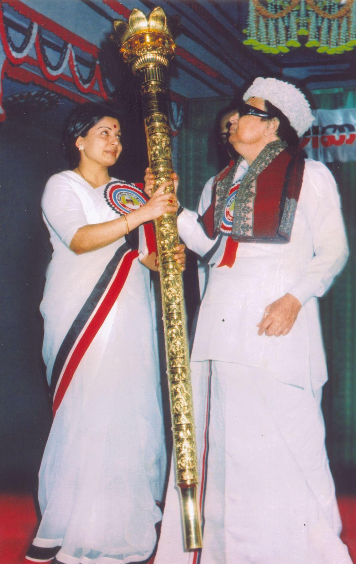 எம்.ஜி.ஆருக்கு செங்கோல் பரிசளிக்கும் ஜெயலலிதா
