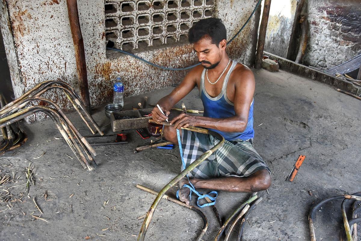 பின்பு மூங்கில் பிரம்புகளை தேவையான அளவில் வெட்டுகின்றனர்