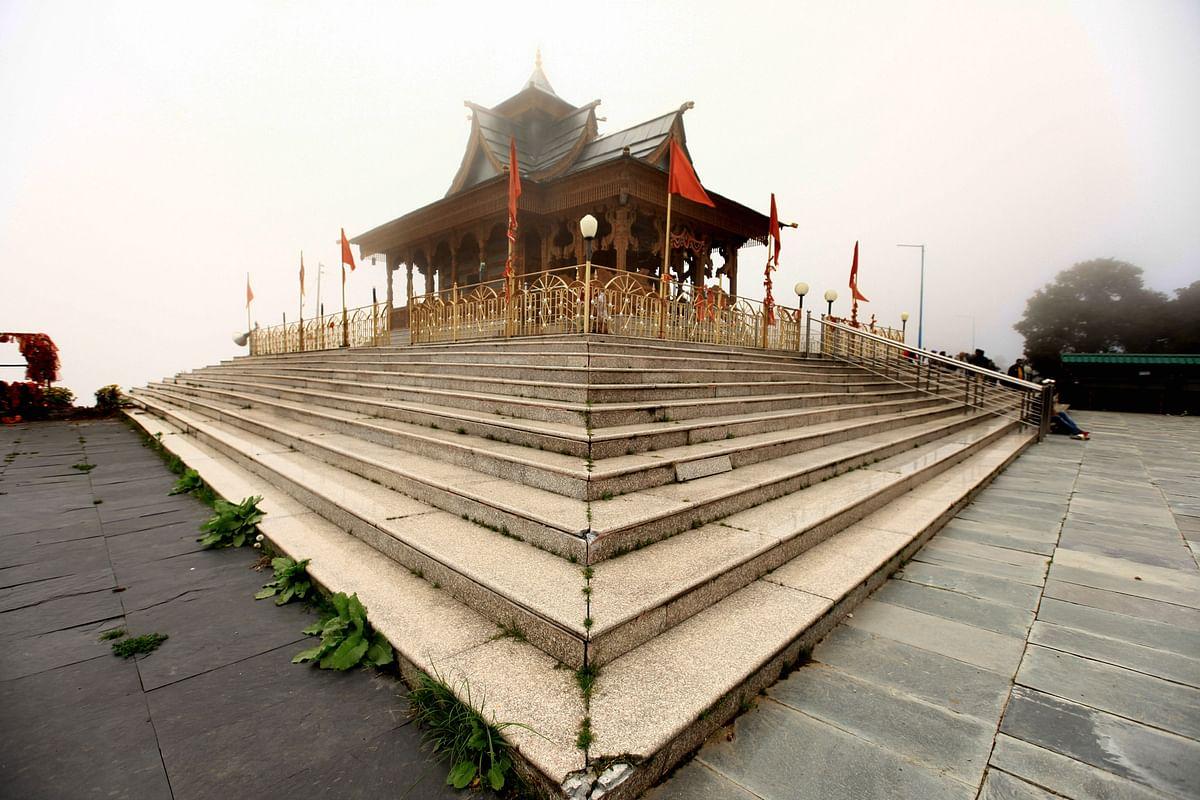 இமாச்சல் நற்கண்டா பகுதியில் 10,000 அடி உயரத்தில் அமைந்துள்ள புத்தர் கோயில்.