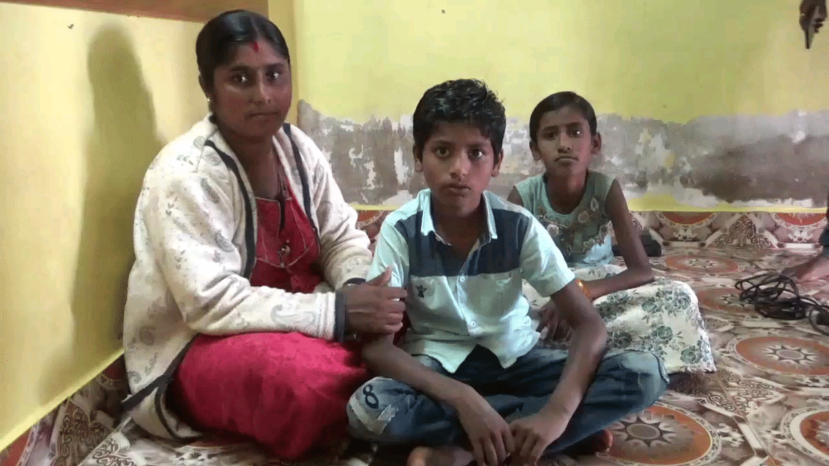 சிறுவன் குணா தன் அம்மா மற்றும் சகோதரியுடன்.