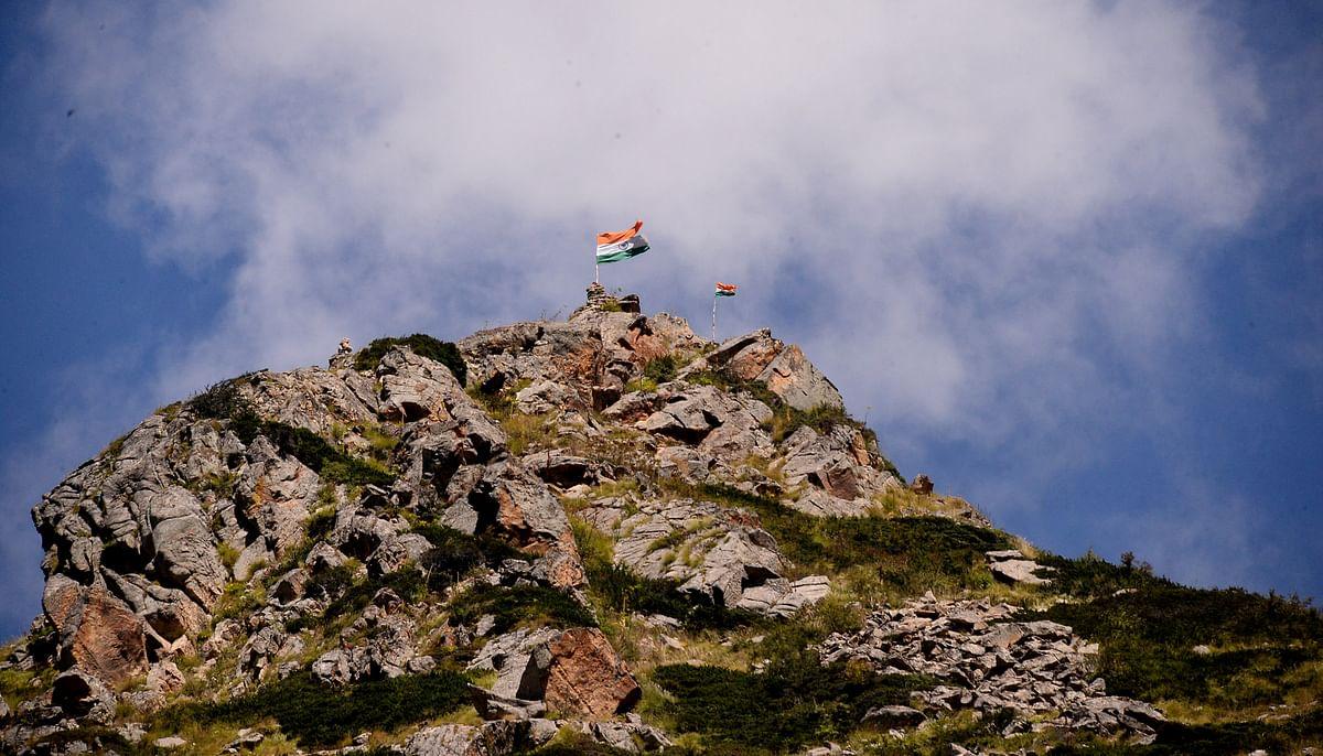 ராணுவக் கட்டுப்பாட்டில் உள்ள இந்திய திபெத் எல்லையில் இந்திய தேசியக் கொடி பட்டொளி வீசி பறக்கிறது.