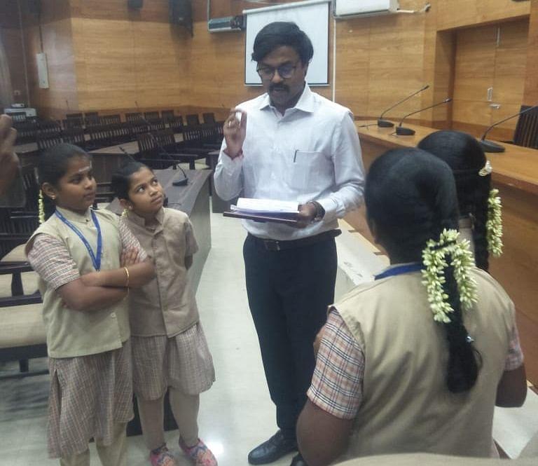 Students meet Vijayakarthikeyan IAS