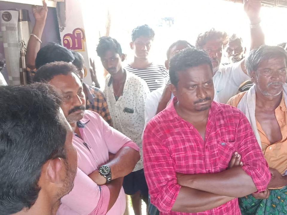 ``போலி டாக்டரா இருந்தாலும், அவங்களை கைது பண்ணாதீங்க!'' - மக்களின் வித்தியாசமான போராட்டம்