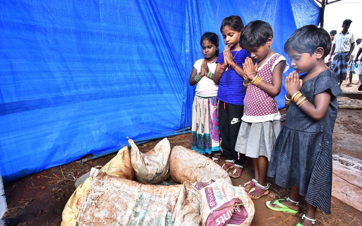 `அந்த தம்பி இறந்துட்டான்னு அம்மா சொன்னாங்க!'- சுஜித் விழுந்த குழியைப் பார்த்து கலங்கிய குழந்தைகள்