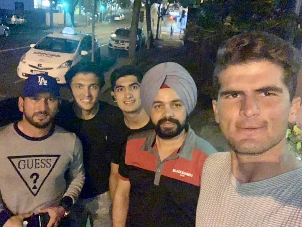 இந்திய டாக்ஸி டிரைவருடன் பாகிஸ்தான் வீரர்கள்