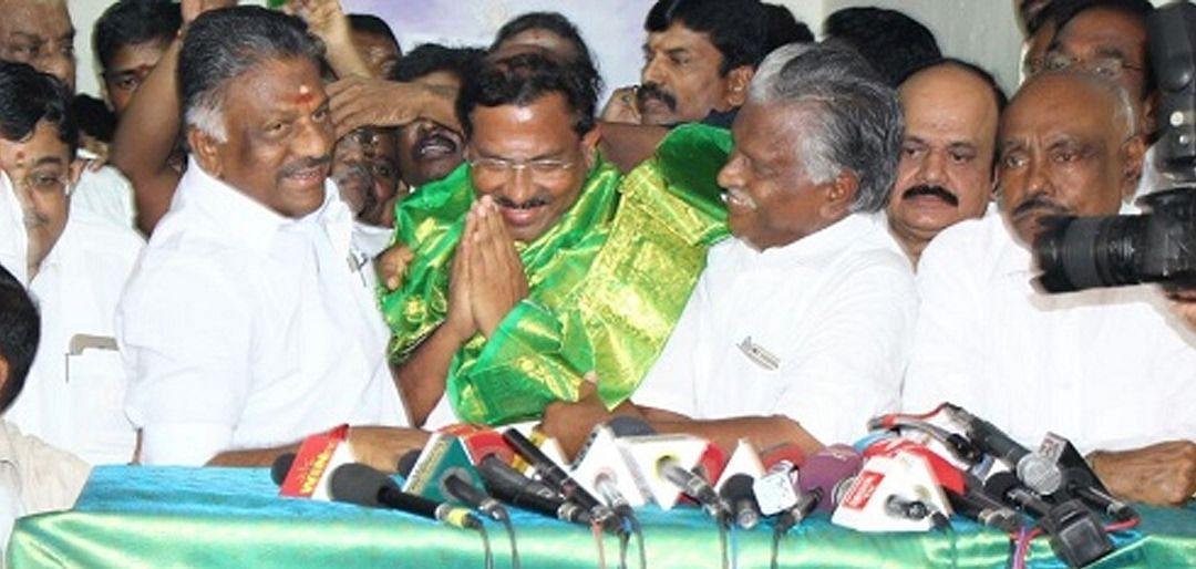 ஓ.பி.எஸ் - மாஃபா பாண்டியராஜன்