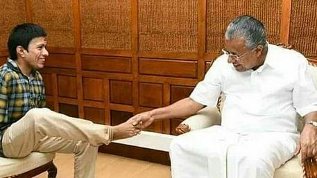 கைகுலுக்கும் கேரள முதல்வர் பினராயி விஜயன்